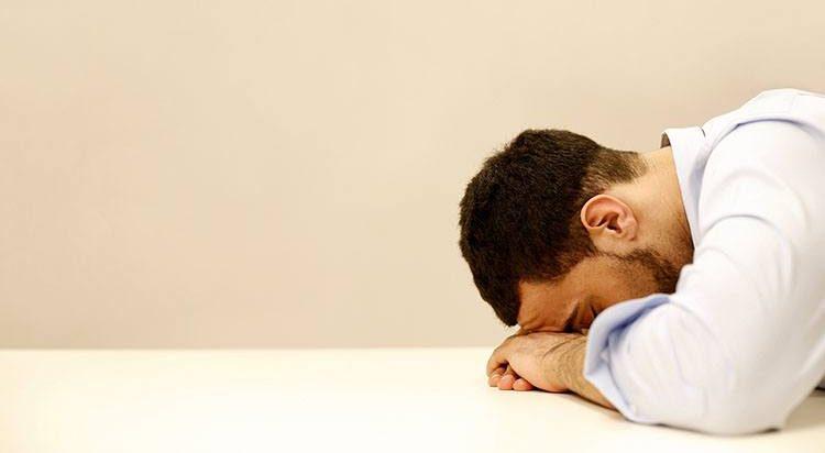 Rapaz exausto no trabalho chato: com certeza não é importador